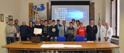 """La Polizia di Stato incontra gli studenti dell'Istituto Tecnico Industriale Statale """"Mario Delpozzo""""di Cuneo  che hanno partecipato all'esperienza di alternanza scuola -  lavoro."""